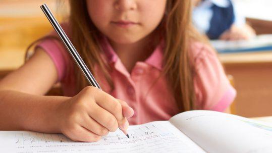 Enfant Dys s'exerçant à l'écriture