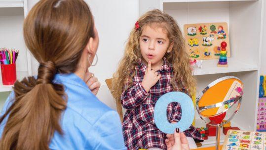 Enfant Dys s'exerçant au son des lettres